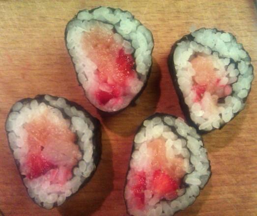sushi z truskawka i lososiem wedzonym